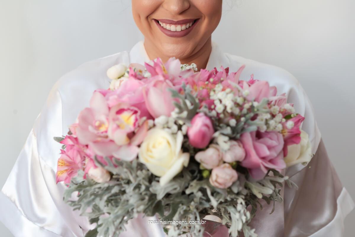 noiva feliz com o buquê lindo e incrível feito do jeito que a noiva sempre sonhou pela Suzi Flores de mogi, @RossinisImagens