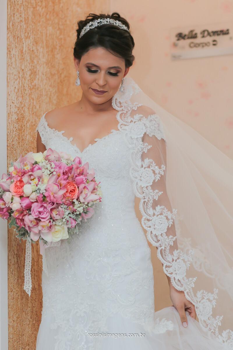 noiva plena, noiva realizada com o vestido o buquê a as lindas fotografias, casamento incrível, @RossinisImagens