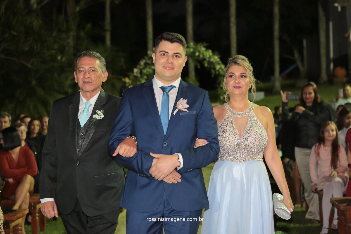 pai, noivo e mãe, momento exclusivo da entrada do noivo, fotografia fotojornalística, @RossinisImagens