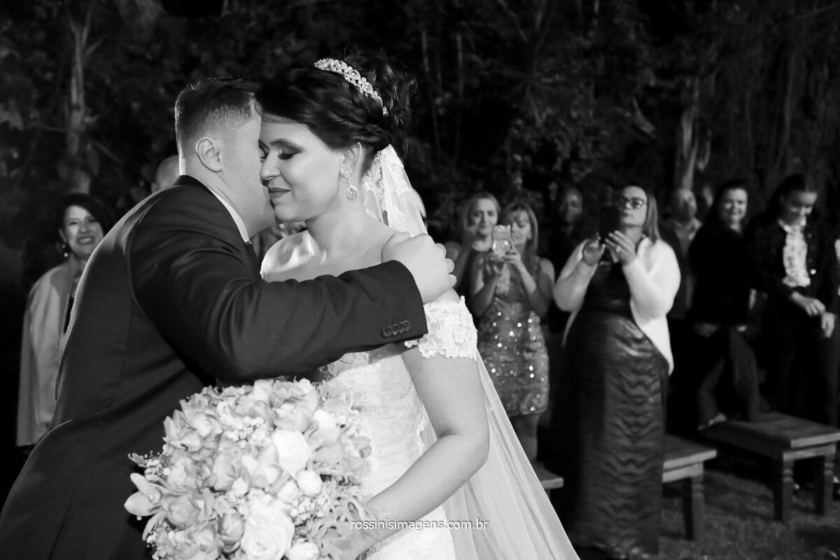 noivo recepcionando a noiva no altar, @RossinisImagens