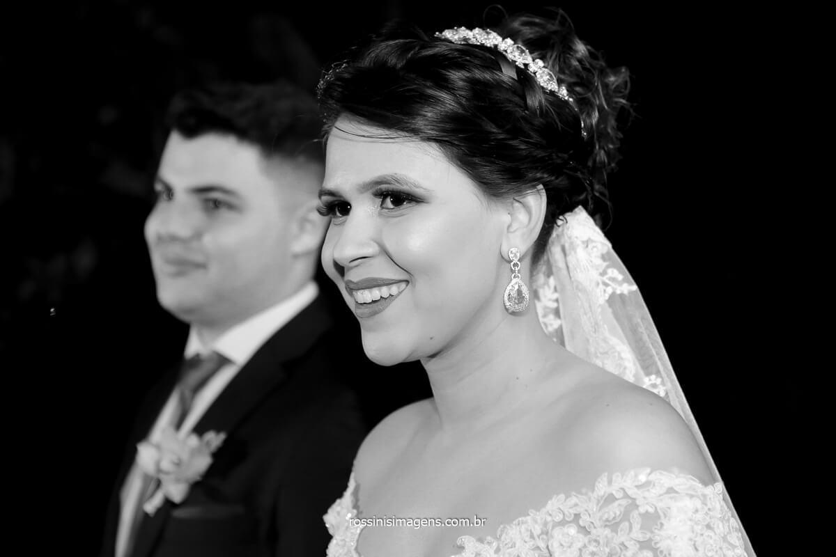 noiva sorrindo para as madrinhas no altar, @RossinisImagens