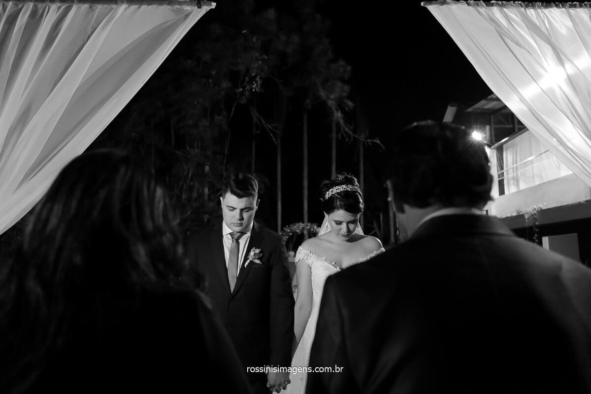 momento de oração, noivos no altar, casamento na chácara recanto verde, @RossinisImagens