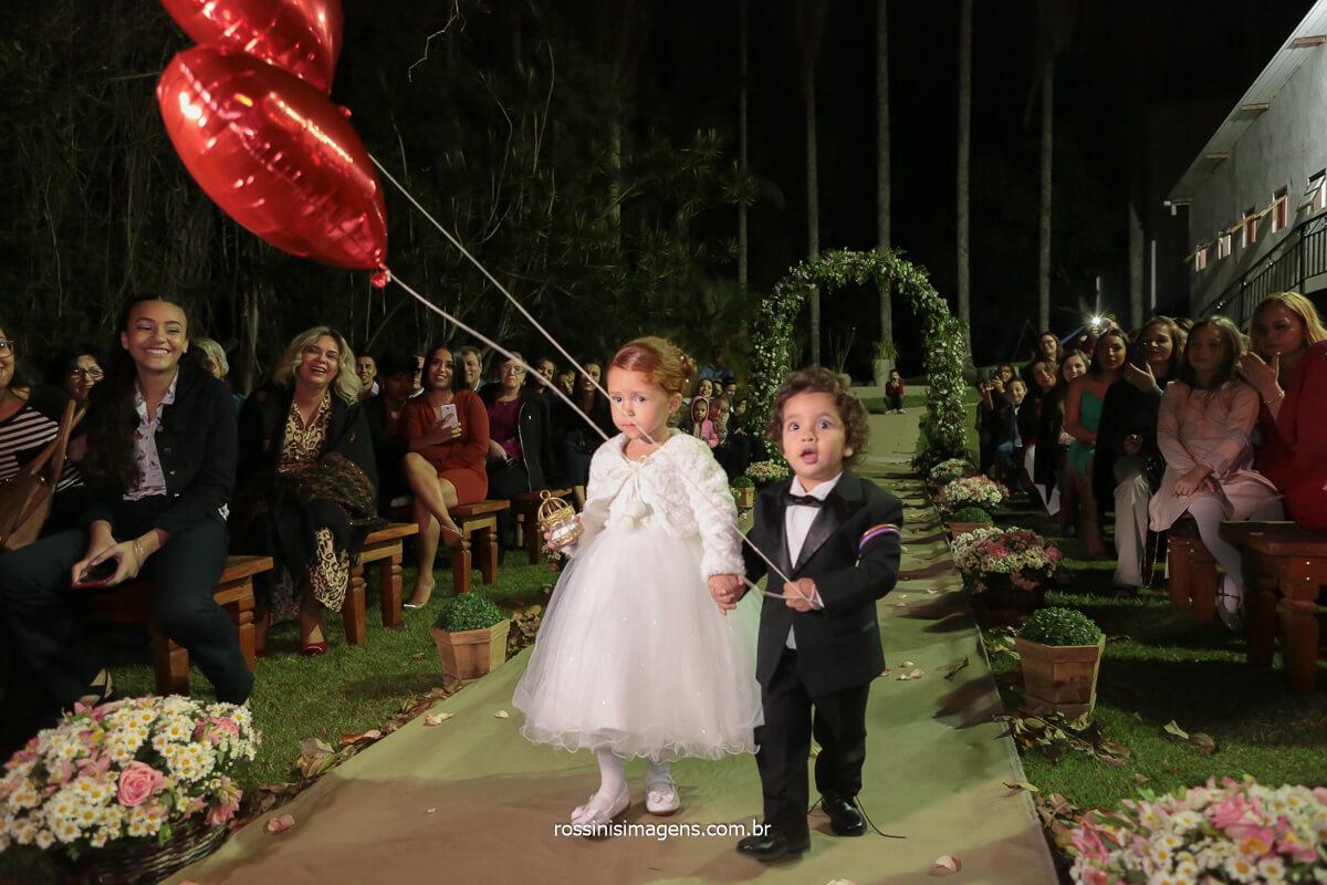 entrada das alianças, crianças no cerimonial entrada com balões de corações metálicos, @RossinisImagens