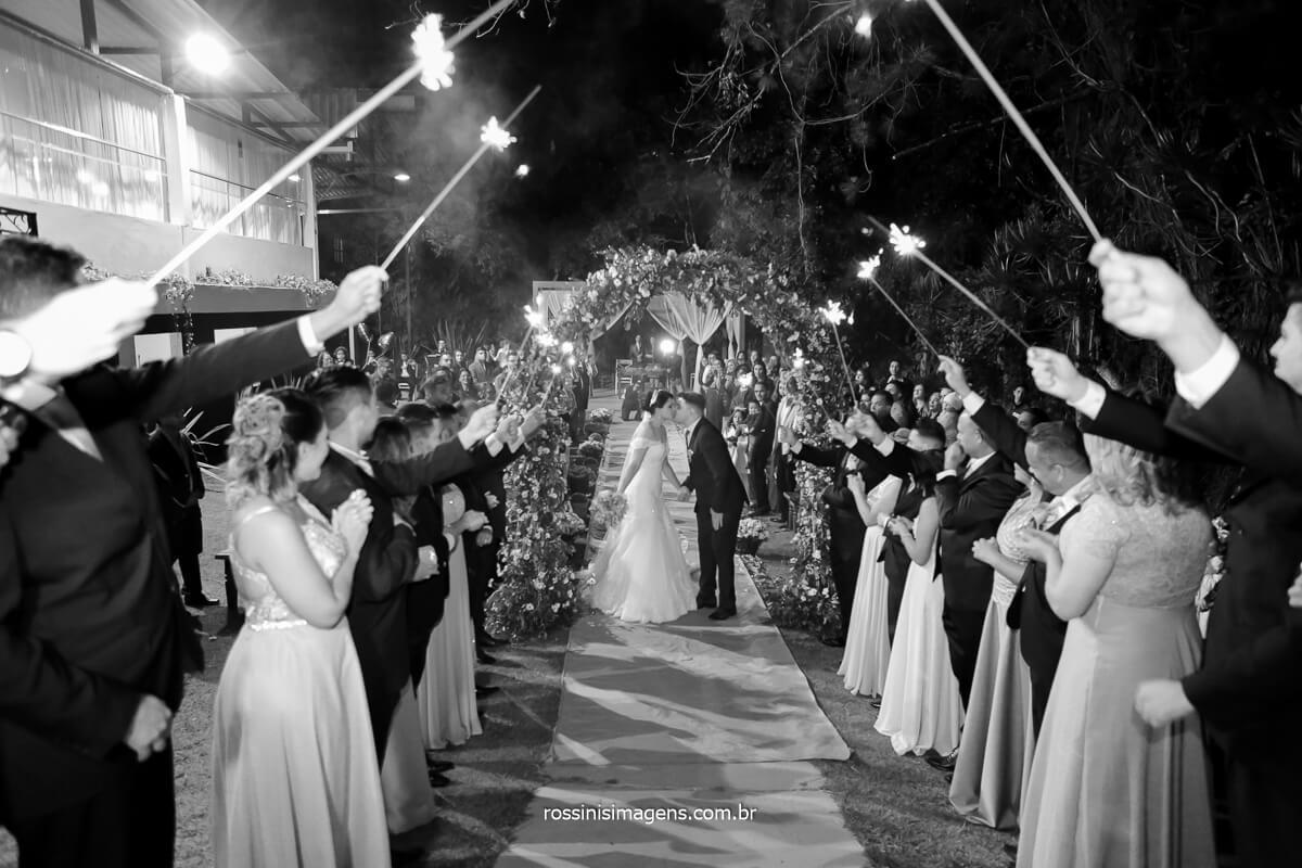 hora da saída dos noivos, momento de saída, sparkles, padrinhos, noivos , animação, wedding, @RossinisImagens