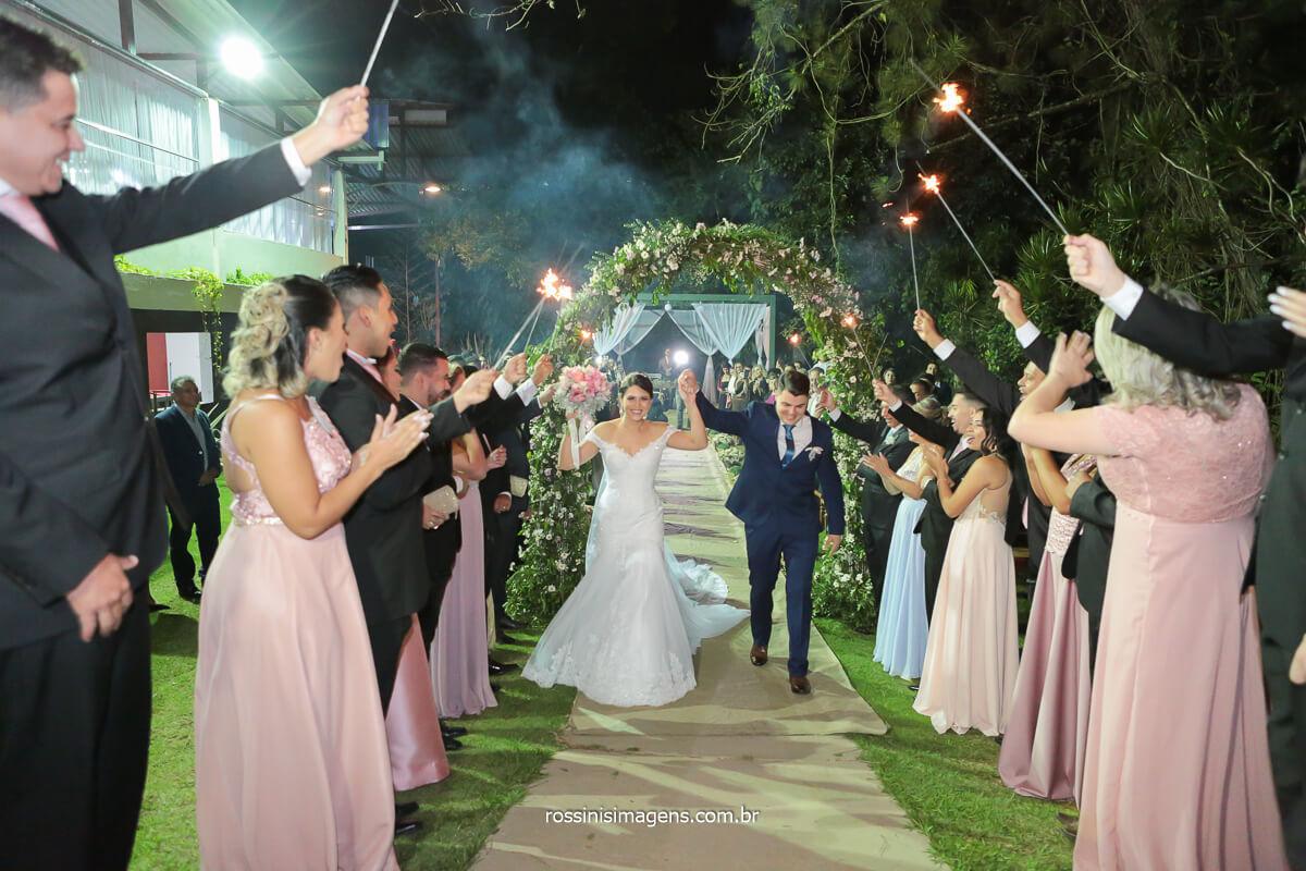 fotografia de casamento saída dos noivos empolgados e animados com os padrinhos com sparkles iluminando ainda mais esse momento, @RossinisImagens
