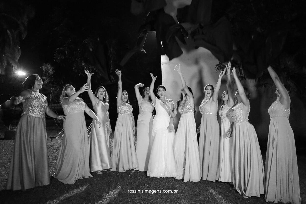 fotografia criativa com as madrinhas jogando o terno dos padrinhos, casamento é diversão dos noivos, @RossinisImagens