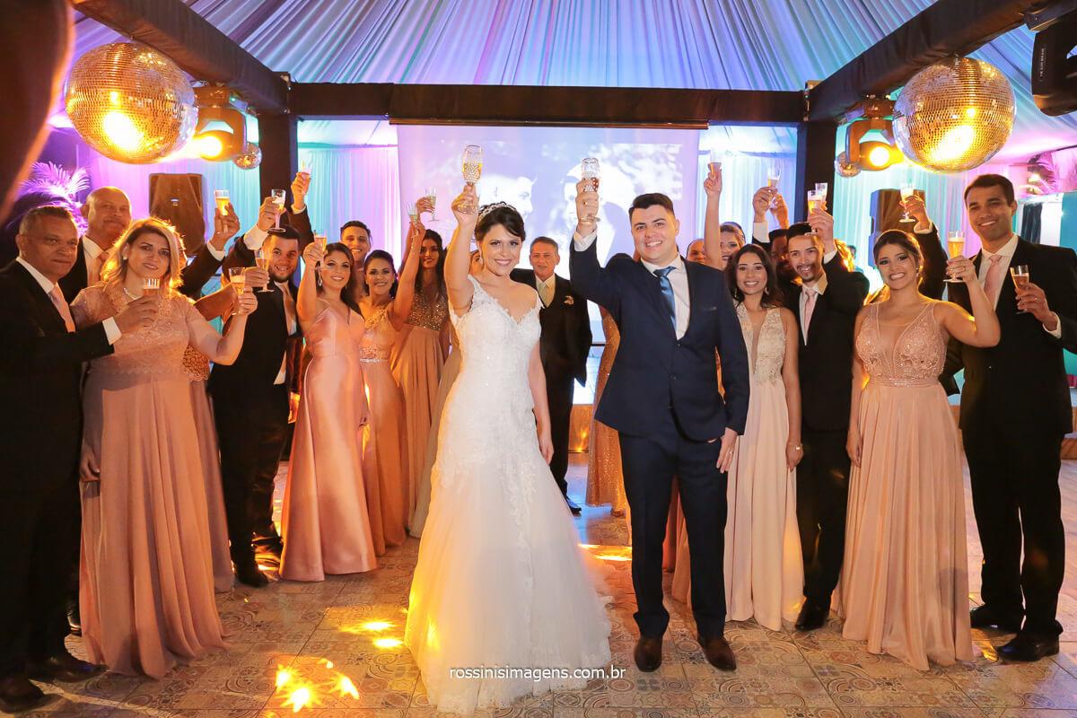 brinde dos padrinhos com os noivos na pista de dança, @RossinisImagens