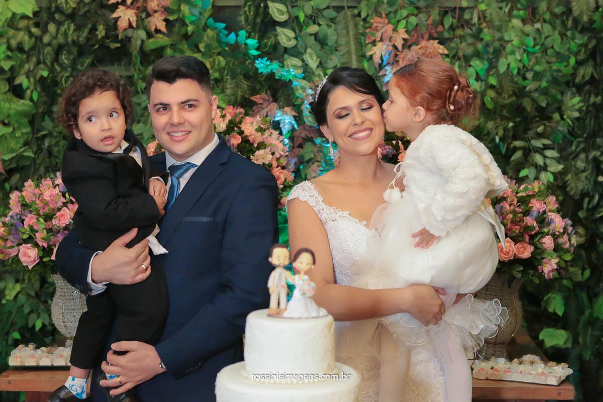 sessão de fotos dos noivos na mesa do bolo com as crianças noivinho e daminha, @RossinisImagens