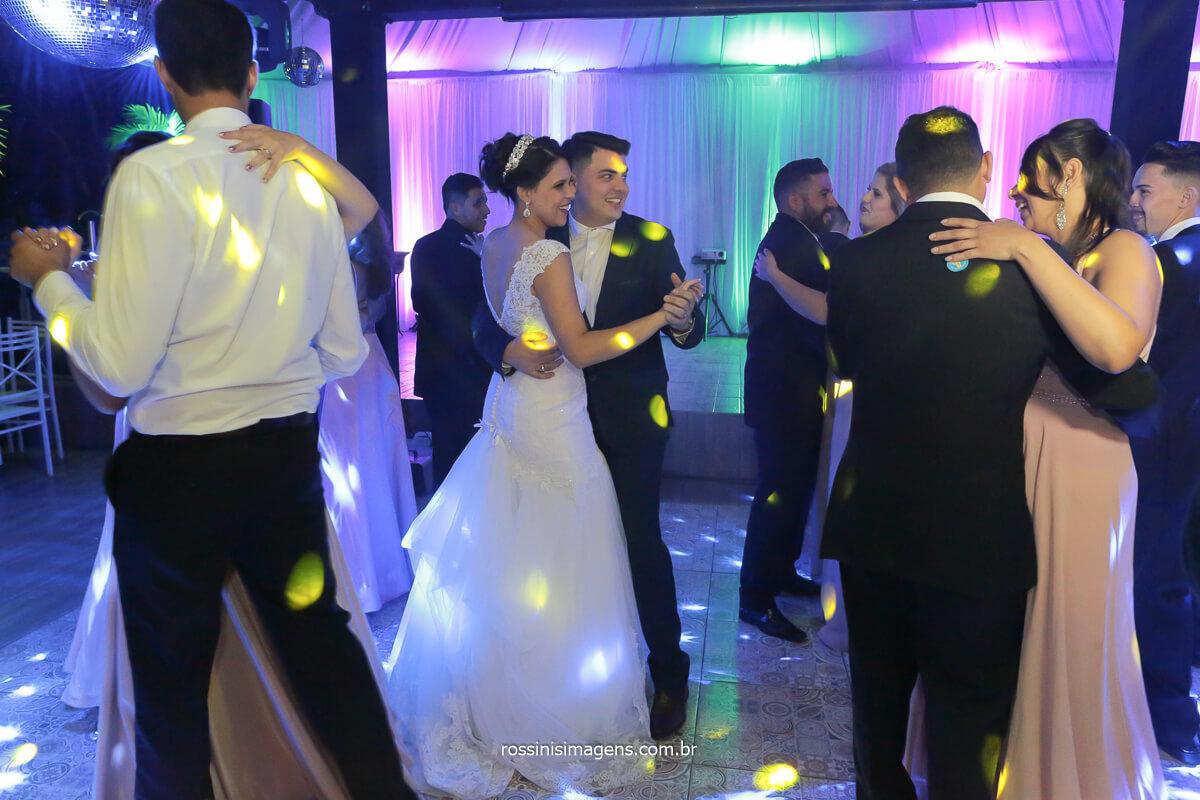 noivos na pista de dança com os padrinhos dançando, ao som e iluminação de royal som top, @RossinisImagens