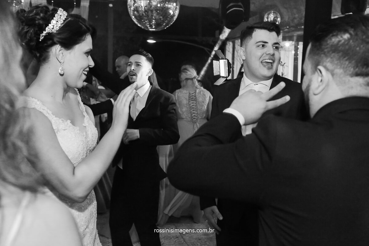 dançando na pista de dança, noivos felizes fotografando pessoas felizes, fotografia de pessoas alegres, @RossinisImagens