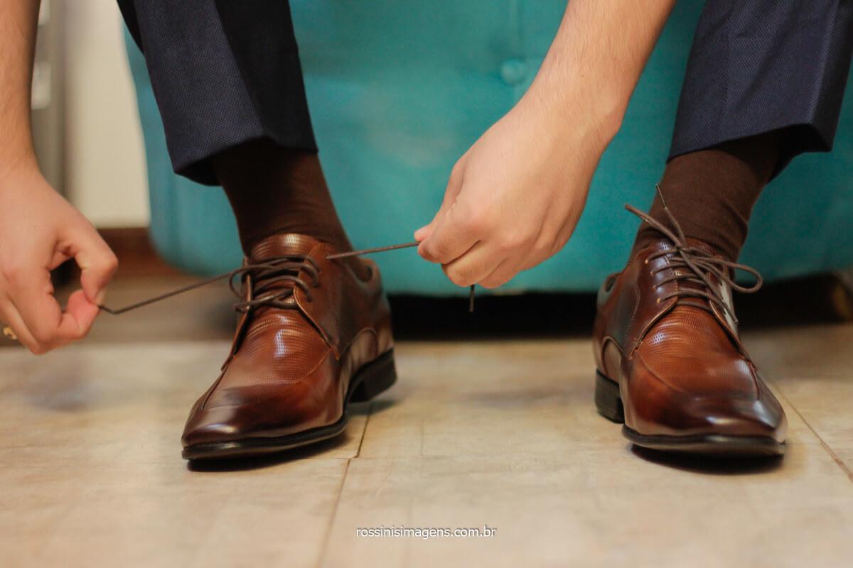 making of do noivo, noivo colocando sapato, sapato marrom, noivo amarrando o sapato, @RossinisImagens