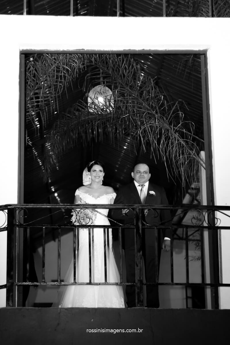 noiva ansiosa pela hora da sua entrada, noiva com o pai, @RossinisImagens