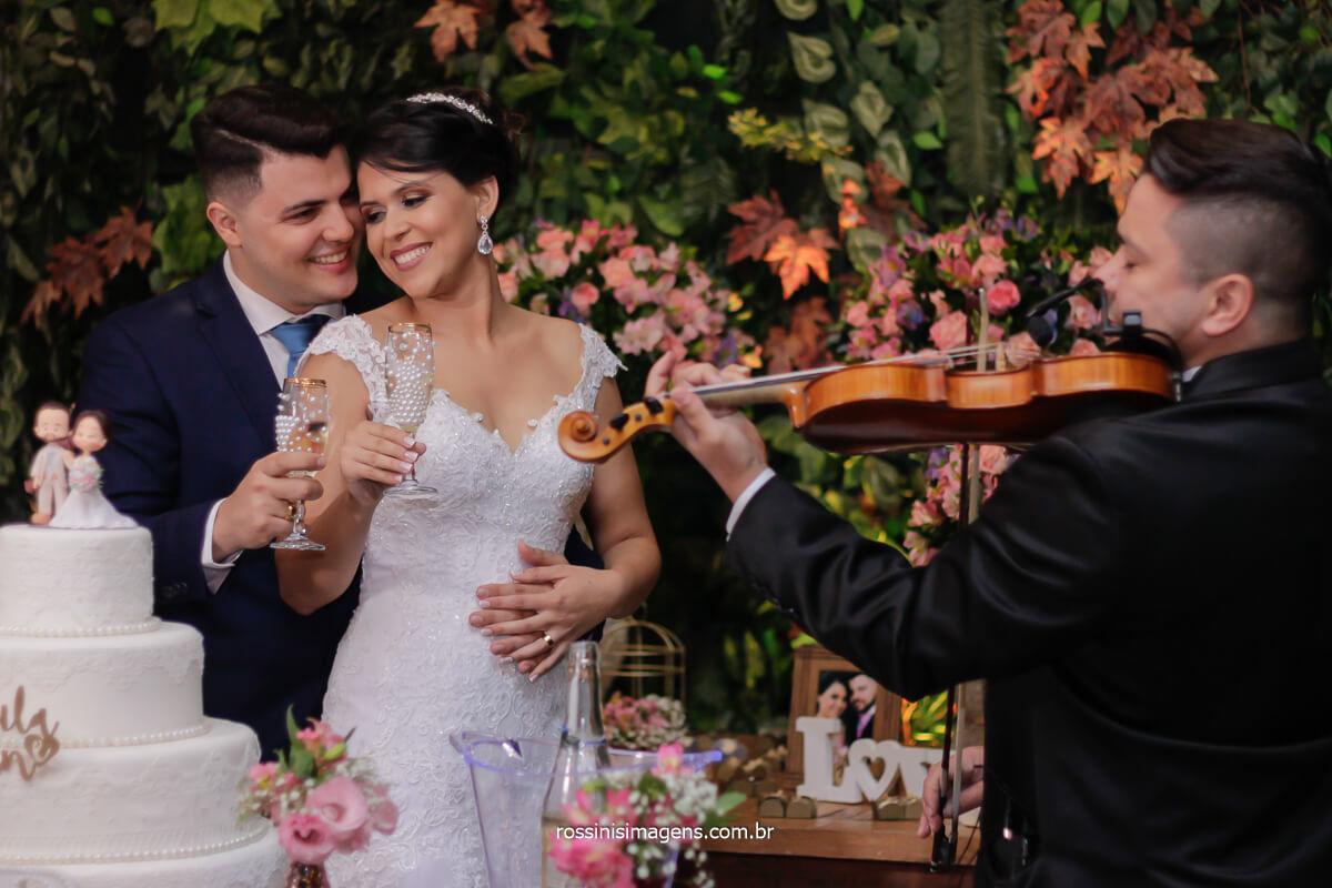 violino na mesa do bolo fazendo brinde, fotografia de registro familiar, @RossinisImagens