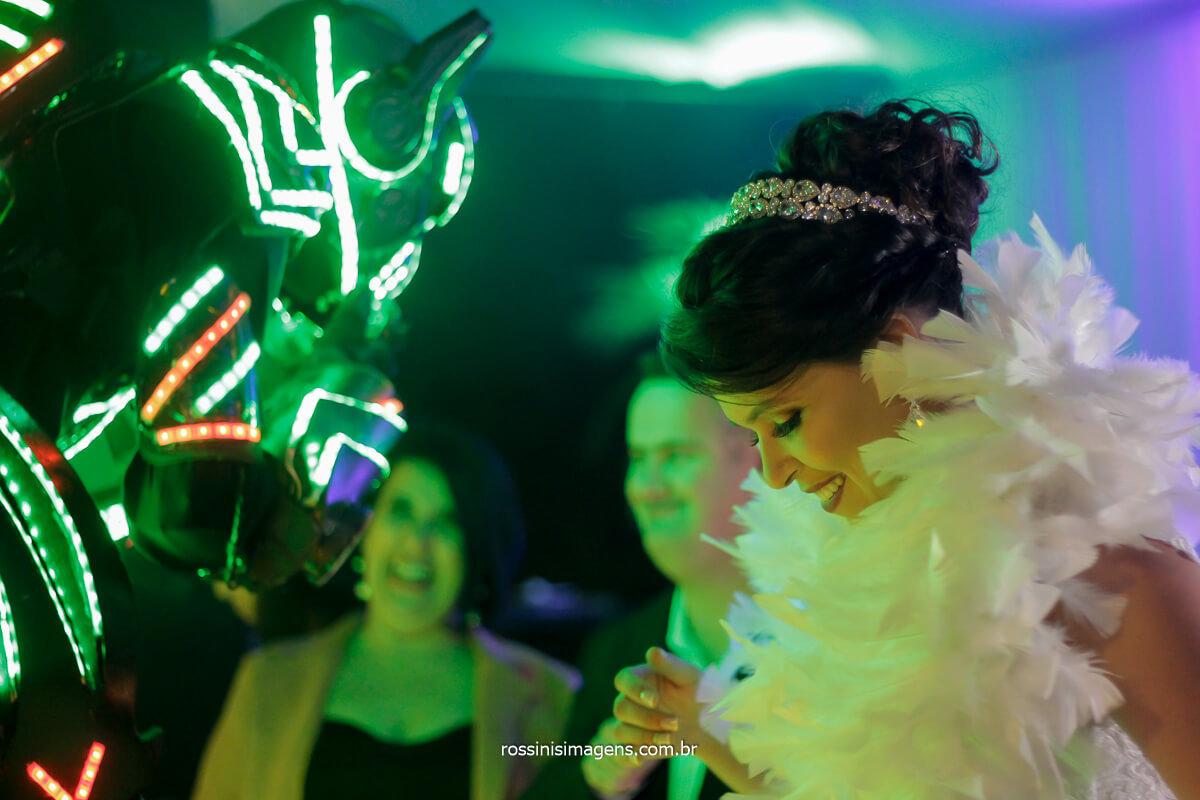 noiva dançando com o robô de led no casamento, experiência exclusiva para casais da Rossinis Imagens, noivas no campo, Assessoria Pamela Salzgeber, @RossinisImagens