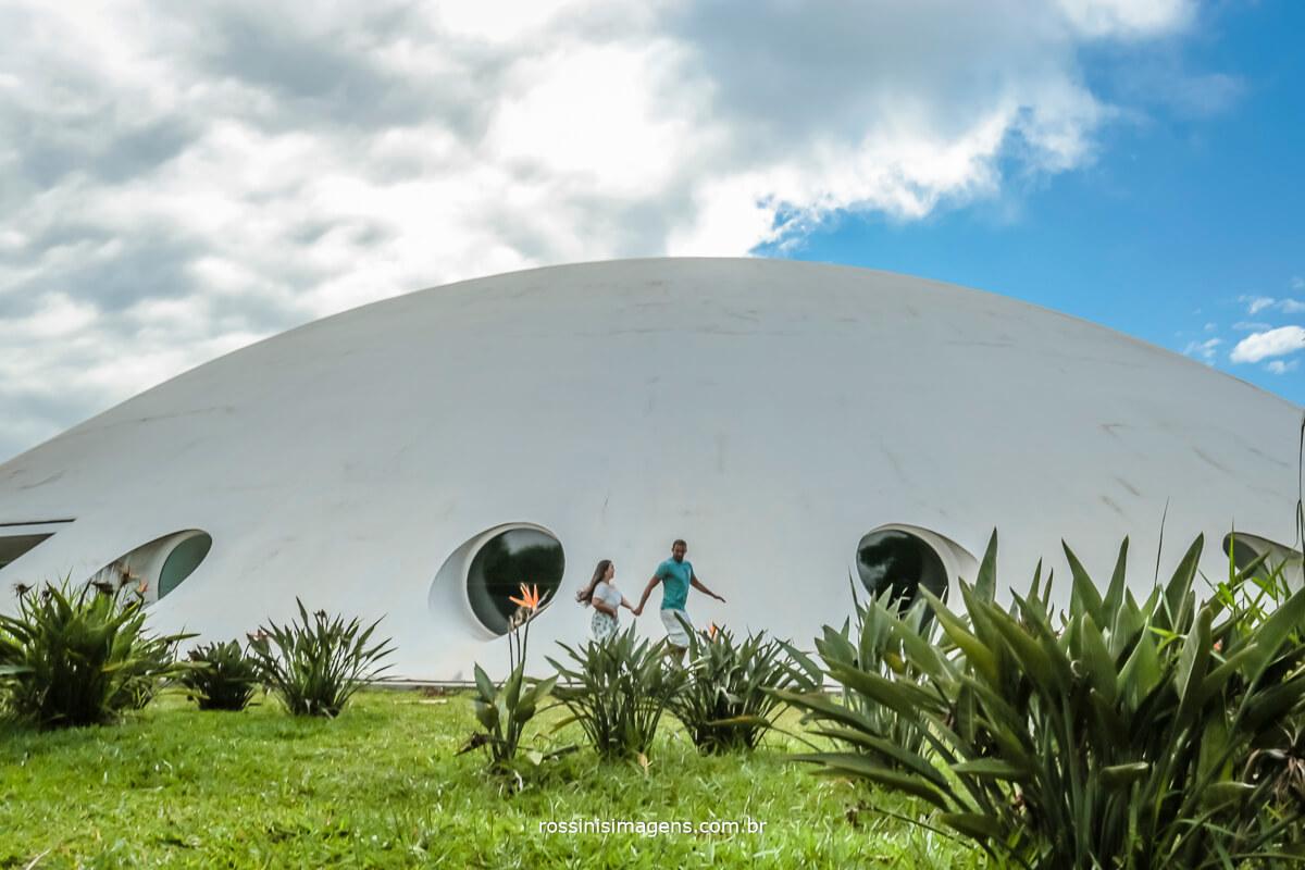 casal correndo em frente a oca no parque do Ibirapuera sp, ensaio de casal em são paulo, ensaio fotográfico, @RossinisImagens