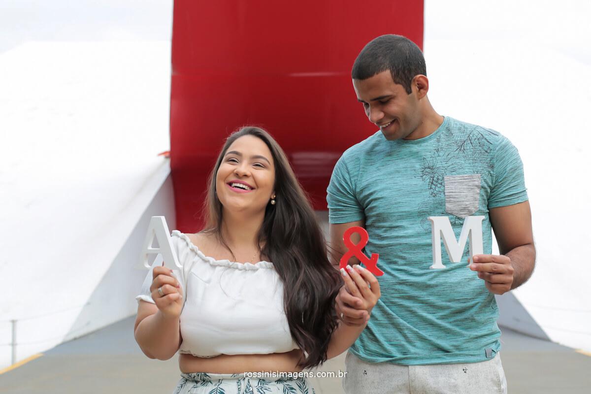 casal em ensaio fotográfico no museu Oscar Niemeyer no parque do Ibirapuera sp, ensaio de casal em são paulo, @RossinisImagens