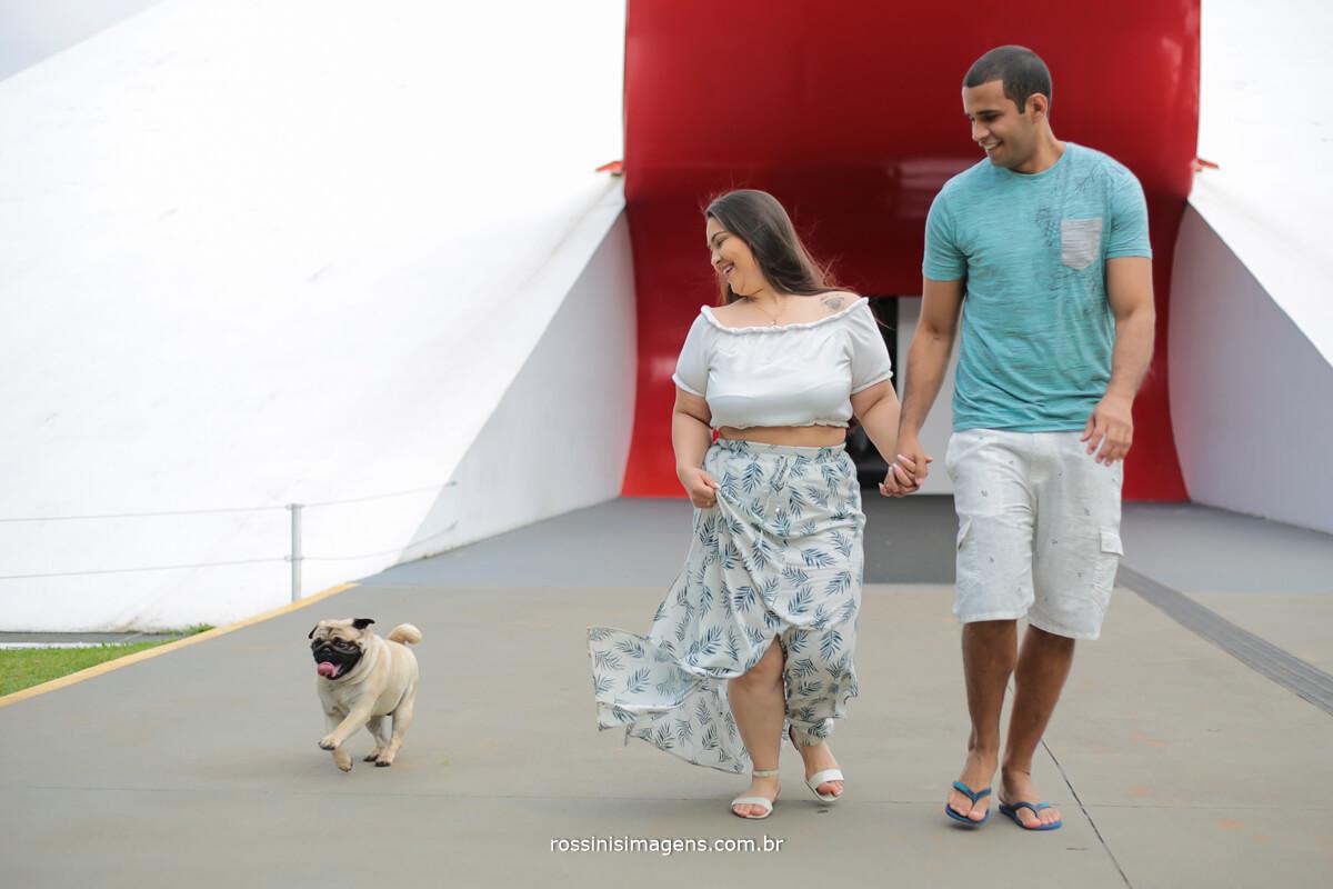 ensaio de casal no parque do Ibirapuera sp, com cachorro, casal correndo brincando com o cãozinho, @RossinisImagens