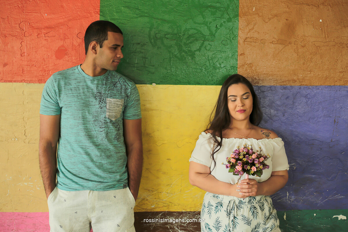 ensaio de casal com acessórios, noiva com buquê em ensaio de casal, @RossinisImagens