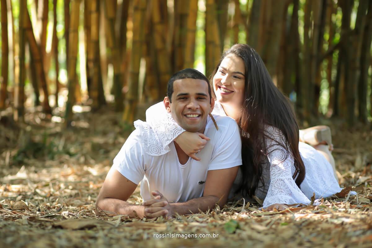 casal deitado na grama em ensaio de casal, pre casamento, pedido de casamento, noivado, @RossinisImagens