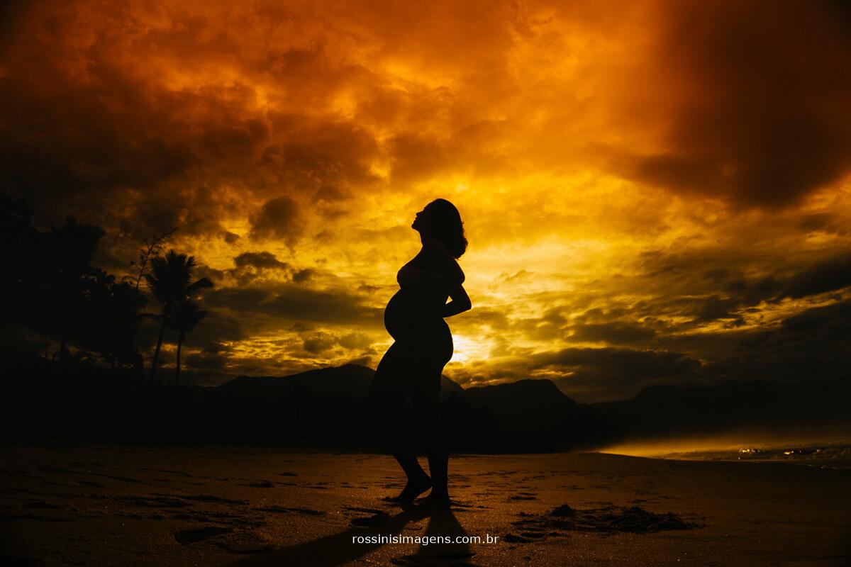 ultima foto do ensaio antes da chuva, ensaio gestante na praia, fotografia incrível de gestante, fotografo de ensaio gestante, book da Gestação, Livro Fotográfico da Gestação momento magico @RossinisImagens