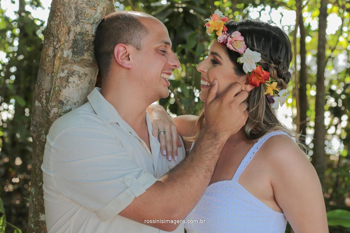 ensaio do casal Maíra e Murilo na praia de Cambury litoral norte de são paulo, casal na parte florida