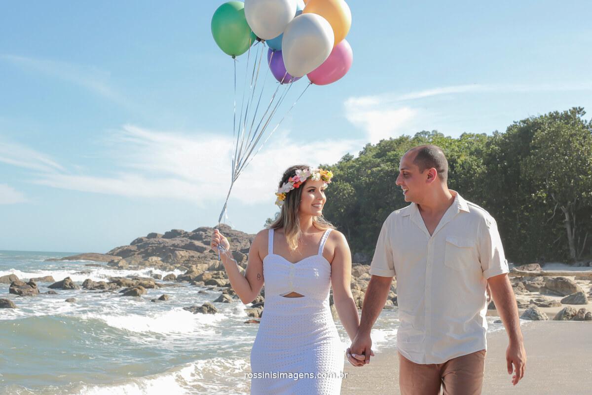 casal com bexiga colorida no ensaio pre casamento na praia, para registar todo esses últimos acontecimentos na vida do casal, @RossinisImagens