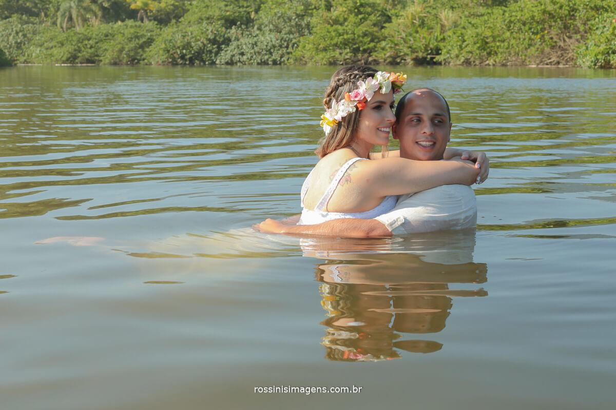 casal no rio camburi que divide as duas praias de cambury e camburizinho, um ensaio divertido e alegre com esse cenário lindo