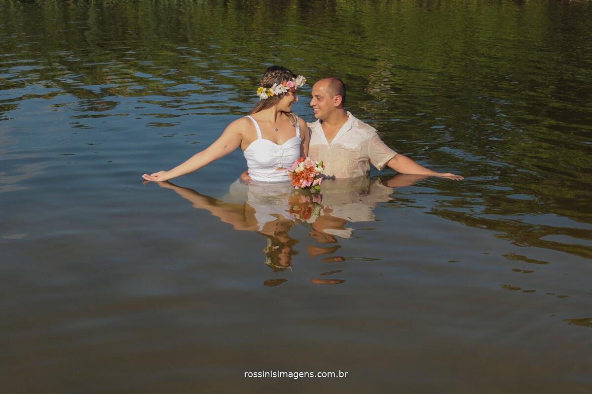 book de casamento livro fotográfico de ensaio pre casamento, casal no mar na praia de camburi, @RossinisImagens