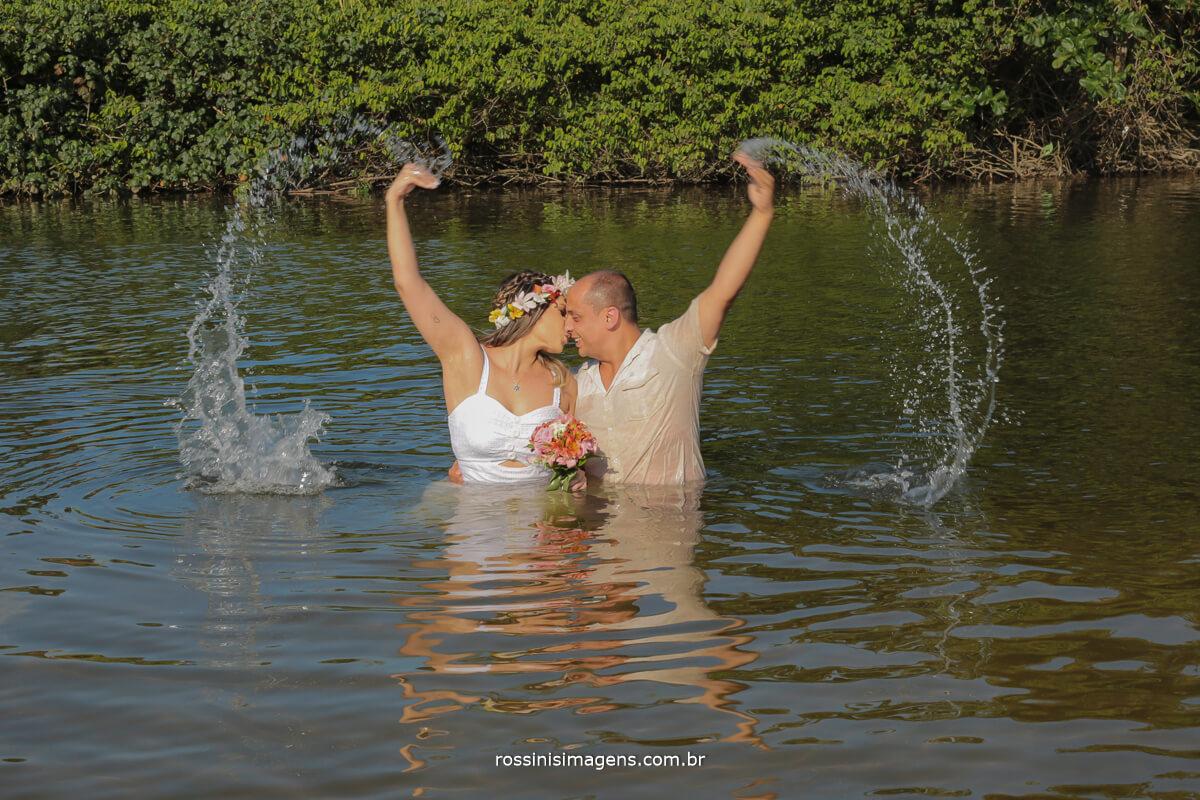 ensaio de casal na praia fazendo um coração com a água do mar, praia de cambury, ensaio no mar, na praia, casal, @RossinisImagens