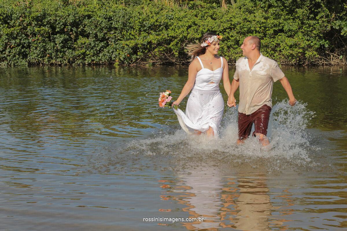 casal correndo no mar, na praia de cambury litoral norte de são paulo momento de alegria e felicidade do casal nesse lindo ensaio antes do dia do casamento, @RossinisImagens