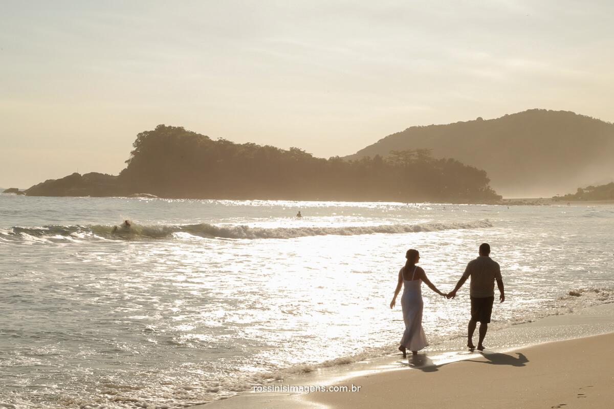 fotografia de paisagem casal caminhando no por do sol na praia um lindo cenário romântico, para realizar o ensaio pre casamento de Maira e Murilo, @RossinisImagens