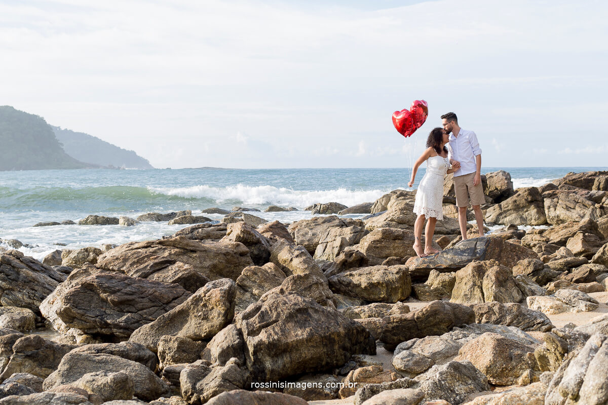 noiva e noiva nas pedras da praia de cambury no litoral norte, @RossinisImagens