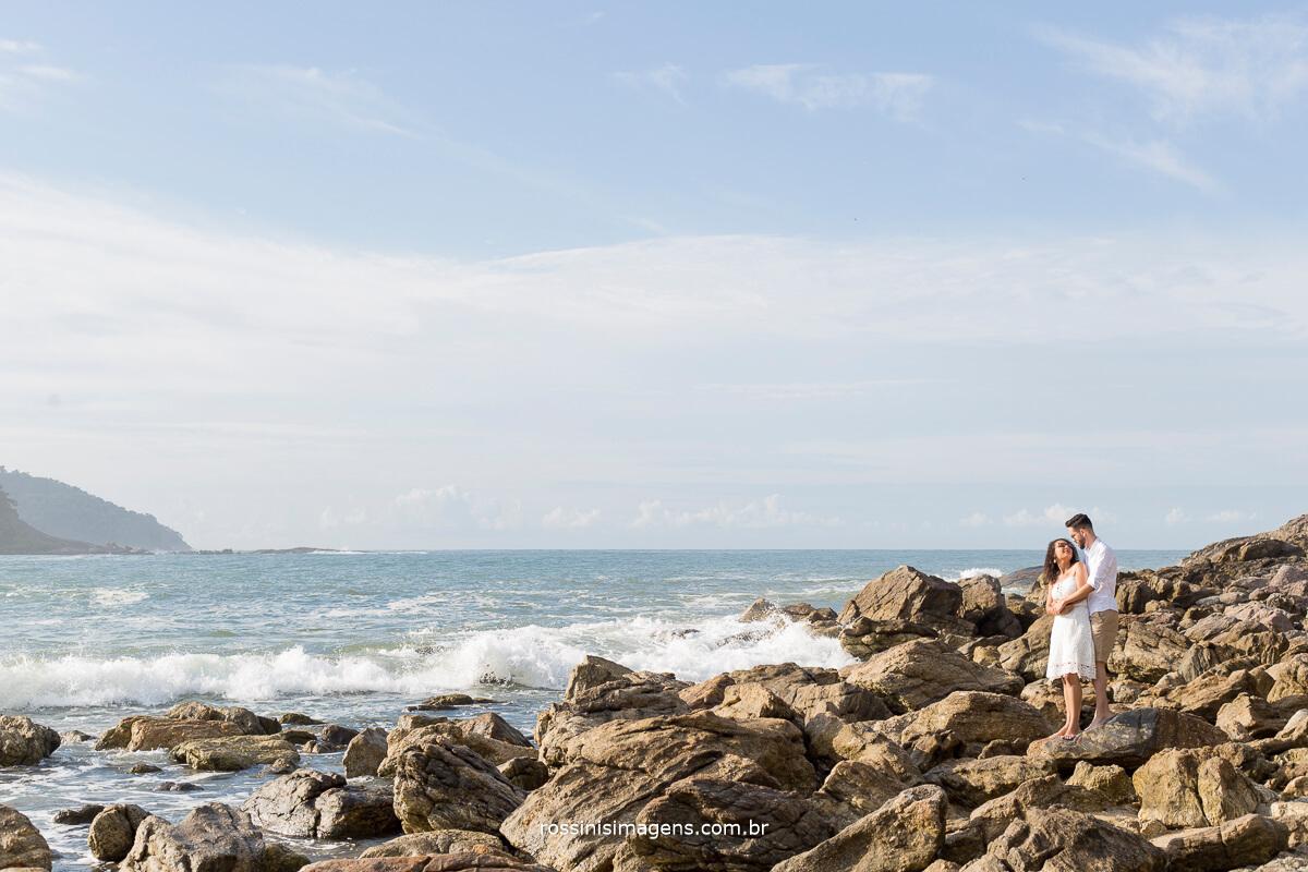 dia de sol para o ensaio pre casamento na praia da Paty e do Danilo, casal nas pedras da praia, @RossinisImagens