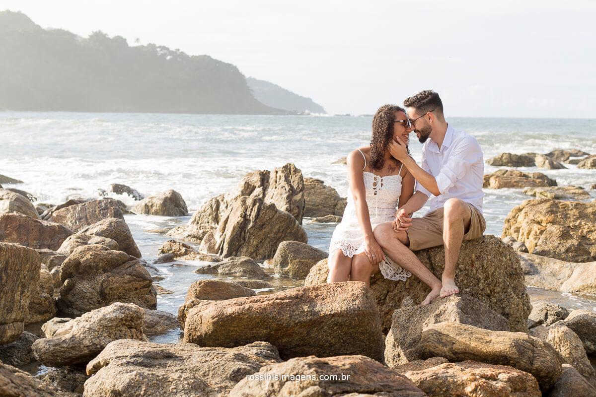 casal sentados nas pedras noivo fazendo carinho na noiva, @RossinisImagens
