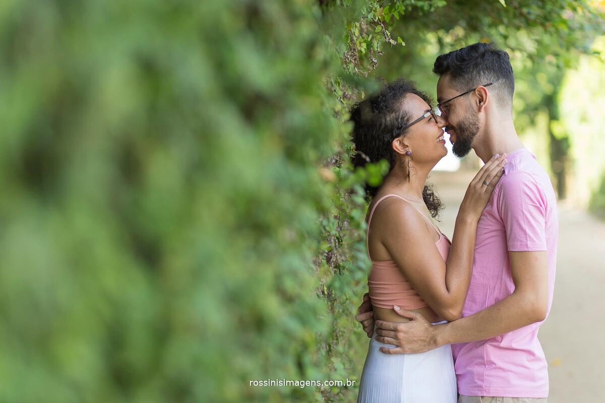 noivo beijando a noiva carinhosamente, casal abraçados, @RossinisImagens