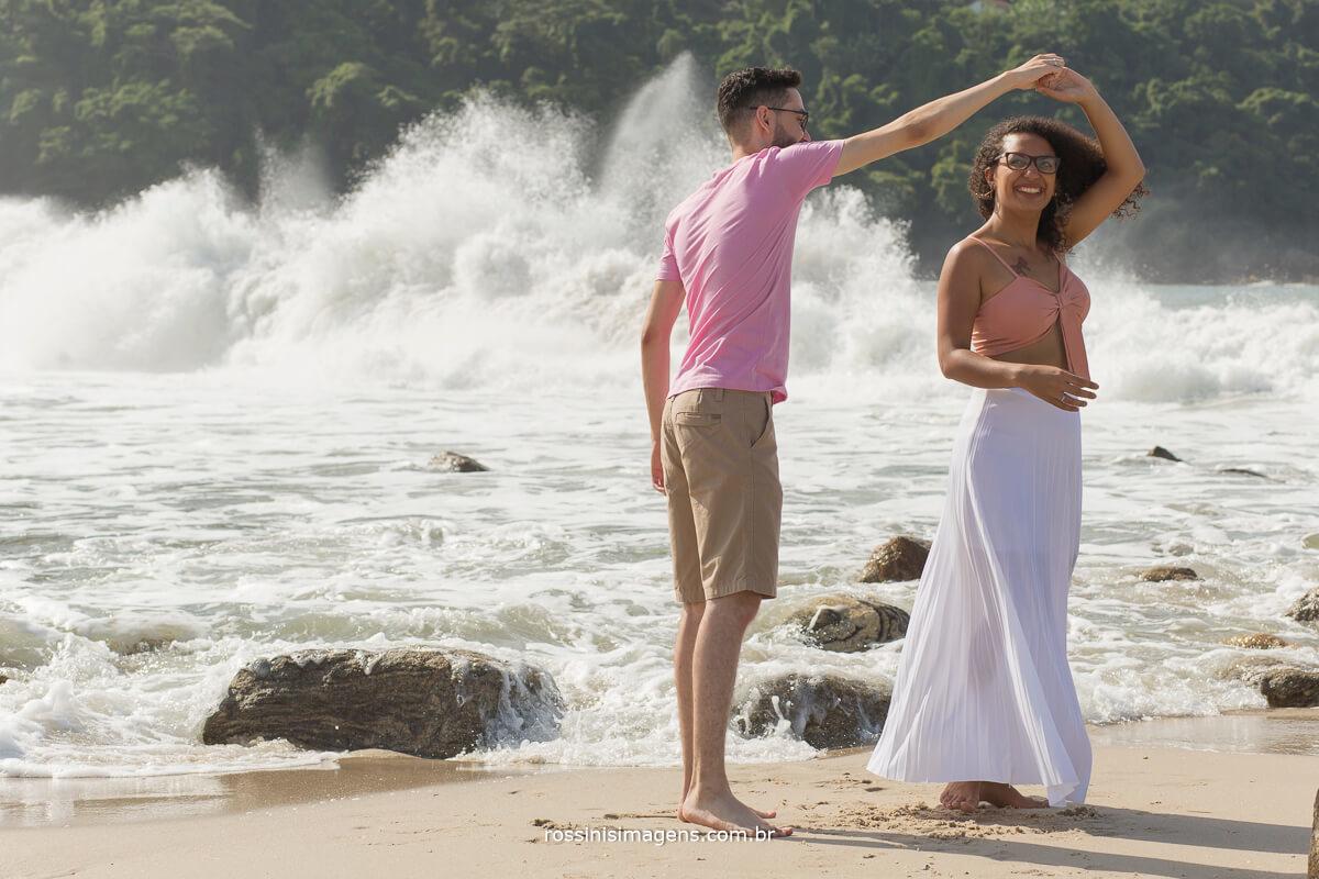 noivo girando a noiva na praia, ensaio de casal fotografia de casamento ensaios pre e pos wedding, fotografia @RossinisImagens