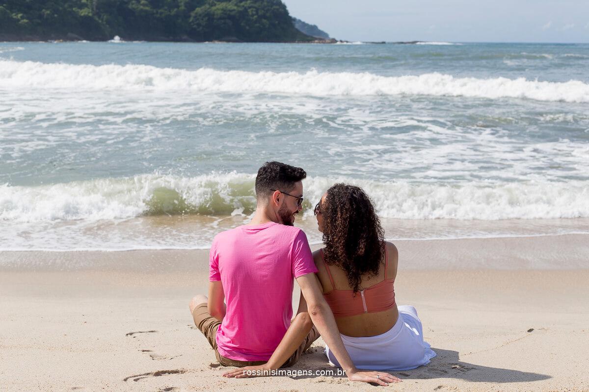 casal sentados de frente para o mar admirando a beleza da natureza o o lindo dia que nos proporcionamos a eles, fotografo @RossinisImagens