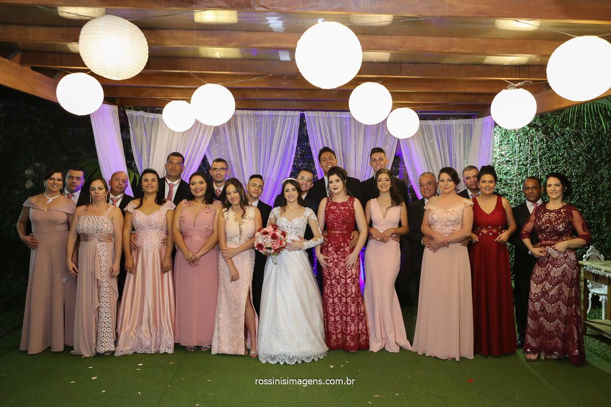 fotografia coletiva com os noivos as madrinhas de vestido marsala e os padrinhos de terno escuro, fotografo de casamento @RossinisImagens