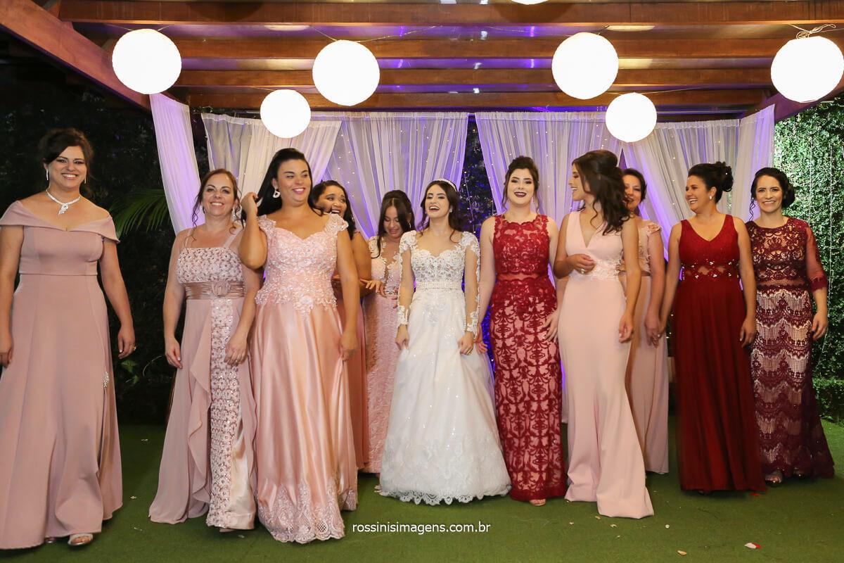 madrinhas diva desfilando na sessão de fotos do casamento de Larissa e Filipe, fotografo de casamento @RossinisImagens