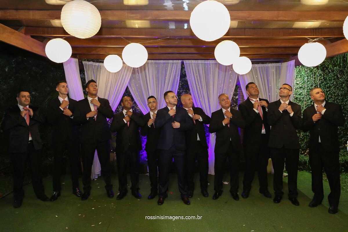 fotografia coletiva dos padrinhos de terno escuro e o noivo com terno azul todos arrumando a gravata, fotografo de casamento @RossinisImagens