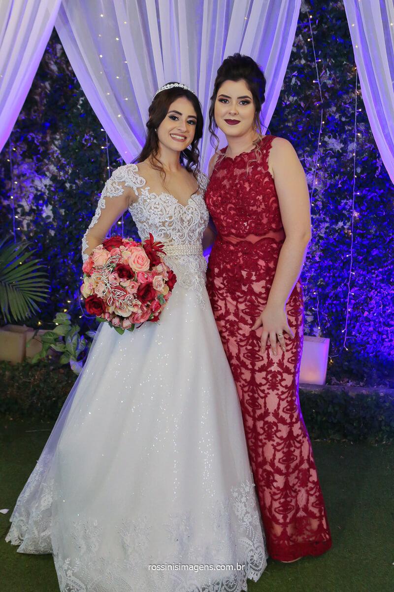 noiva e irmã mostrando os vestidos e todos os detalhes uma para a outra, fotografo de casamento @RossinisImagens