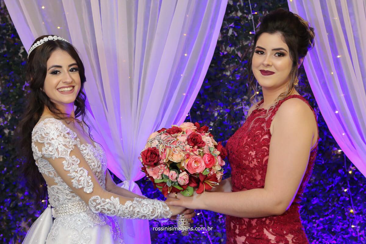 noiva de vestido branco entregando o buquê para a irmão de vestido marsala, noiva e madrinha, fotografo de casamento @RossinisImagens