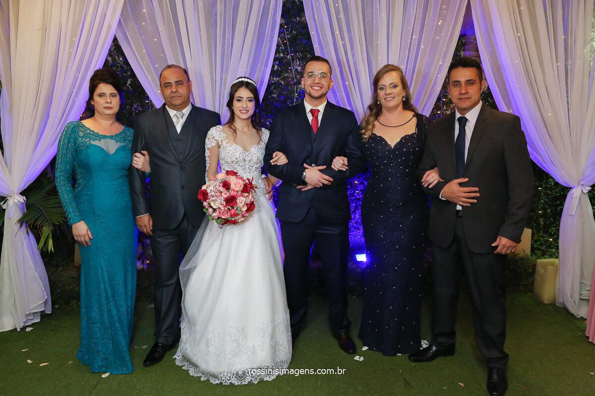 as duas famílias juntas, mãe e pai da noiva, noivos Larissa e Filipe e a mãe e o pai do noivo, fotografo de casamento @RossinisImagens