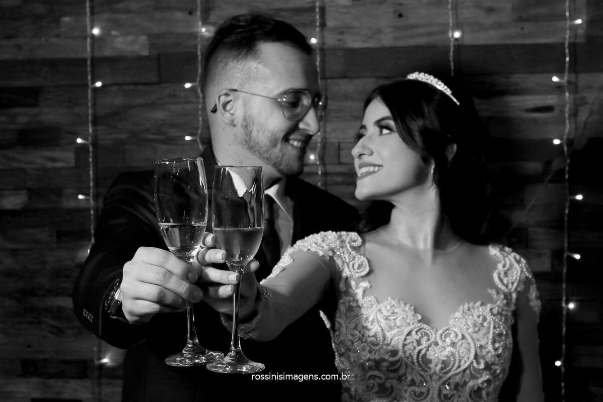 brinde do casal na mesa do bolo fotografia preto e branco, casal brindando, fotografo de casamento @RossinisImagens