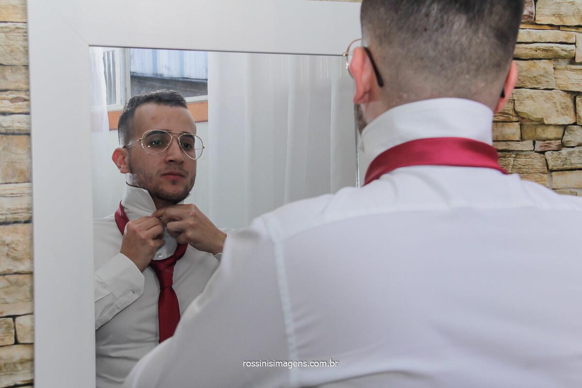 making of do noivo colocando a gravata, dia do casamento, fotografo de casamento @RossinisImagens