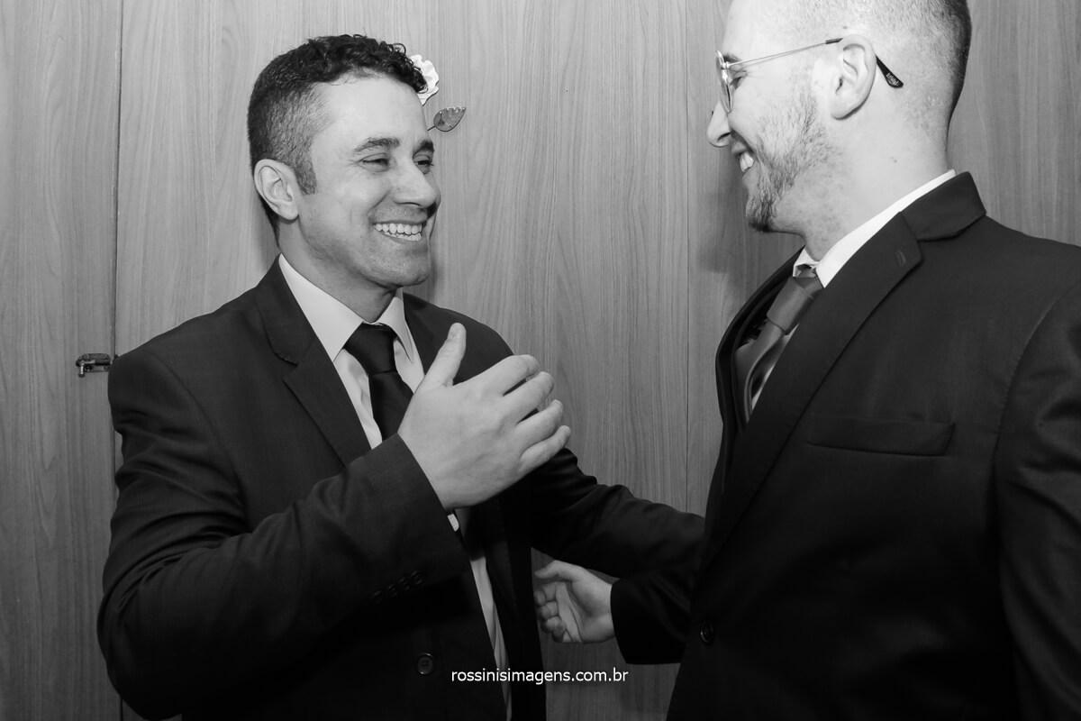making of do noivo abraçando o pai, dia incrível e inspirador, dia do casamento, fotografo de casamento @RossinisImagens