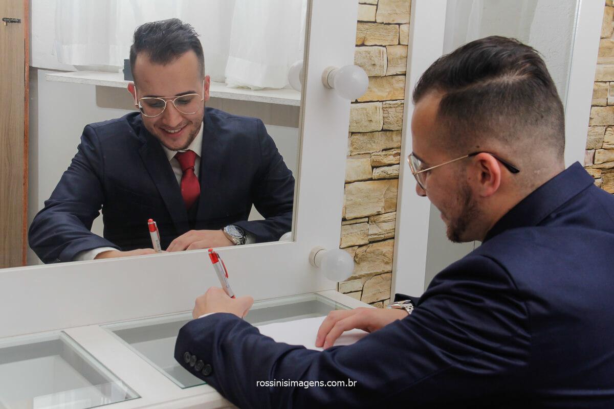 making of do noivo filipe escrevendo os votos do casamento, fotografo de casamento @RossinisImagens