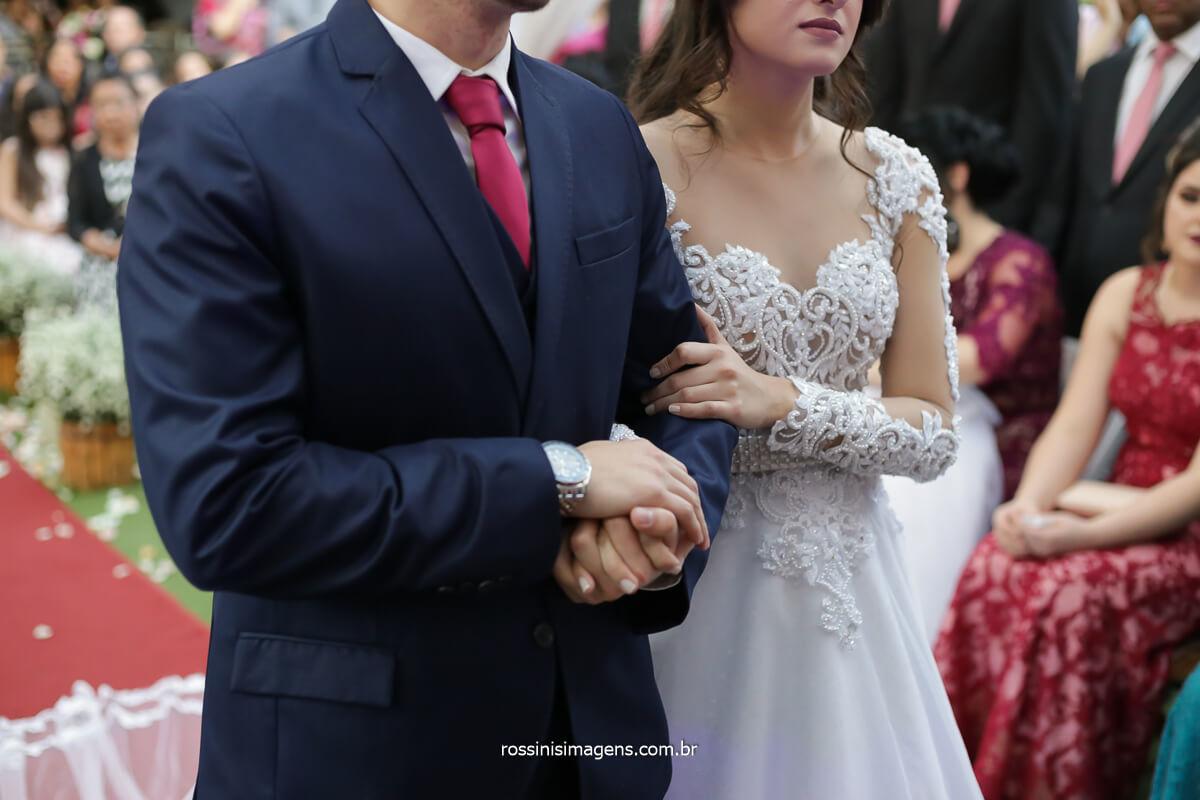 momento de oração de reflexão com o casal de noivos e o cerimonialista de casamento noivo segurando a mão da noiva, fotografo de casamento @RossinisImagens