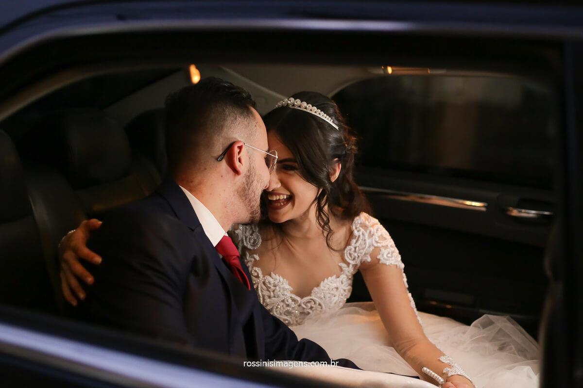 sessão de fotos, noivos no carro olhando um para o outro, fotografo de casamento @RossinisImagens