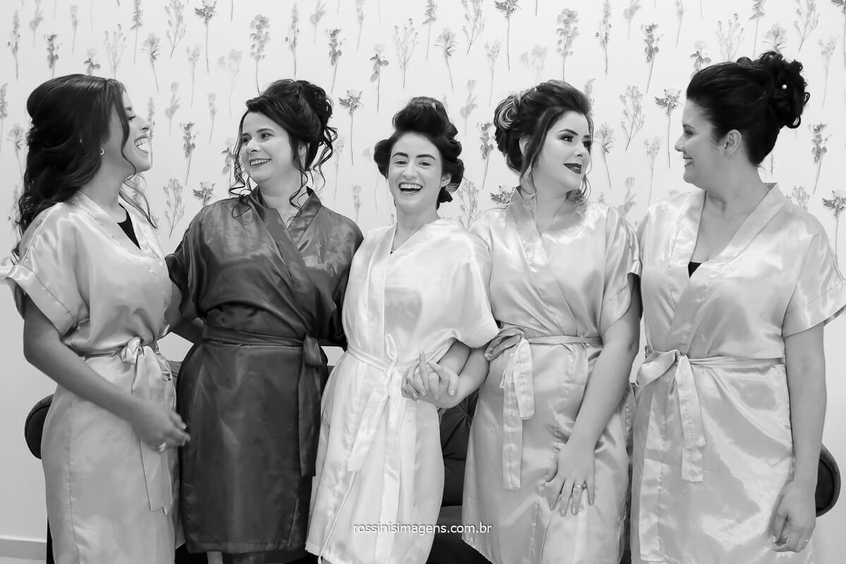 fotografia da noiva com a mae e as madrinhas no making of dia da noiva no salão de beleza, ateliê bianca de lira, fotografo de casamento @RossinisImagens